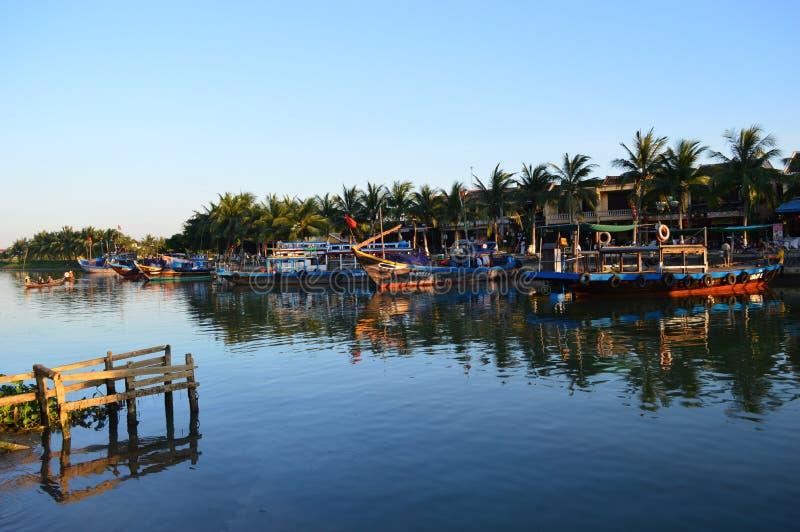 Wietnam, Hoi - miejsce przeznaczenia sceniczny wielkie łodzie rybackie na Thu bonu rzece i quayside przy zmierzchem zdjęcie stock
