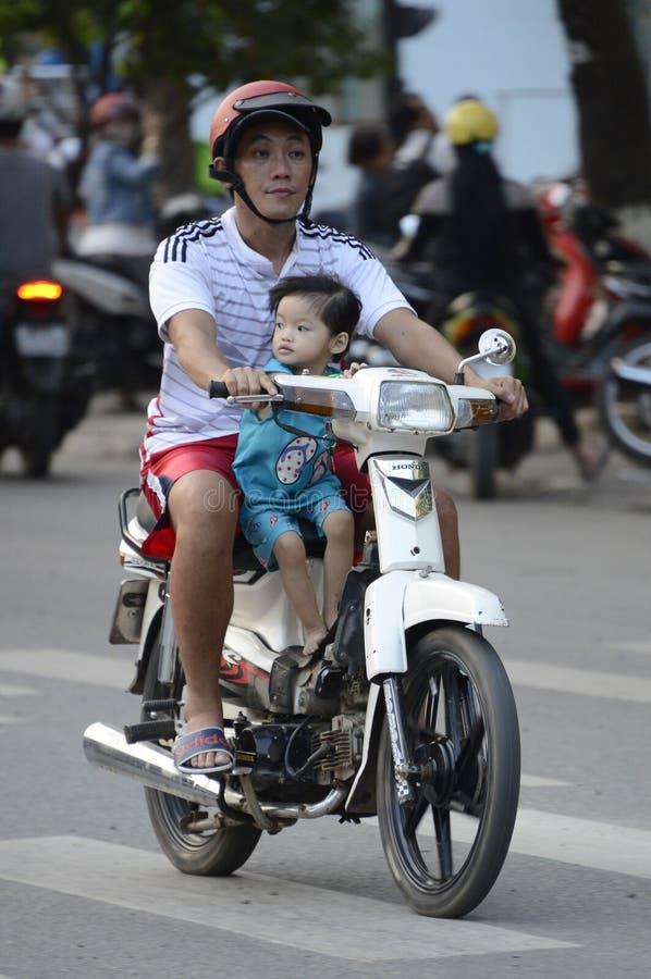Wietnam hulajnoga z młodymi pasażerami obrazy stock
