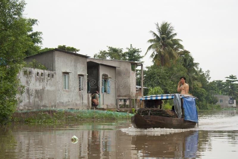 Wietnam mężczyzna na łodzi przy Mekong rzeką obraz stock