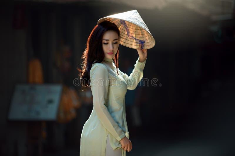 Wietnam Piękne kobiety jest ubranym Ao Dai Wietnam tradycyjną suknię obrazy stock