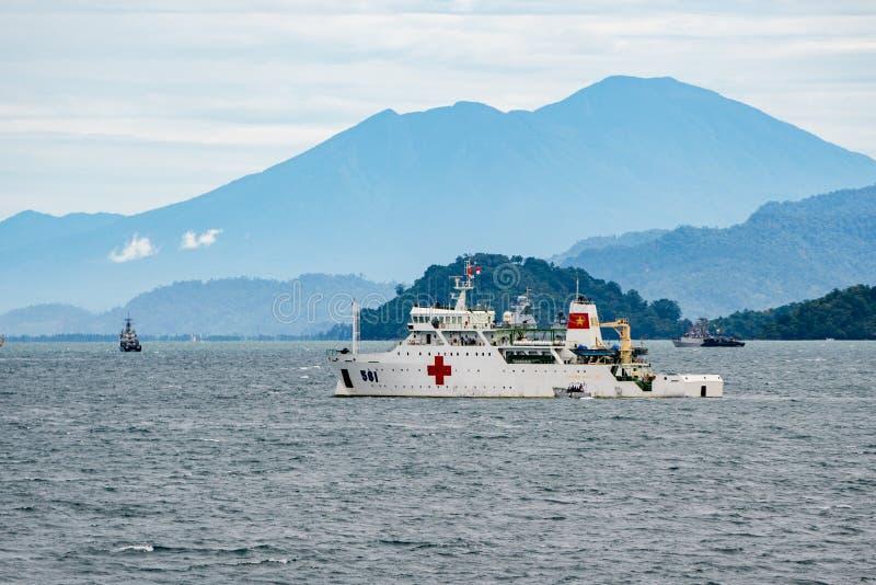 Wietnam ` s marynarki wojennej okrętu szpitalnego Khanh Hoa HQ-561 ludzie zakotwiczają w morzu zdjęcia royalty free