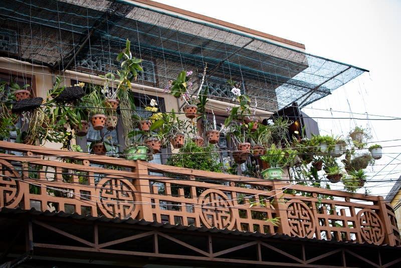 Wietnamczyka dom Wypełniający z Wiszącymi orchideami fotografia royalty free