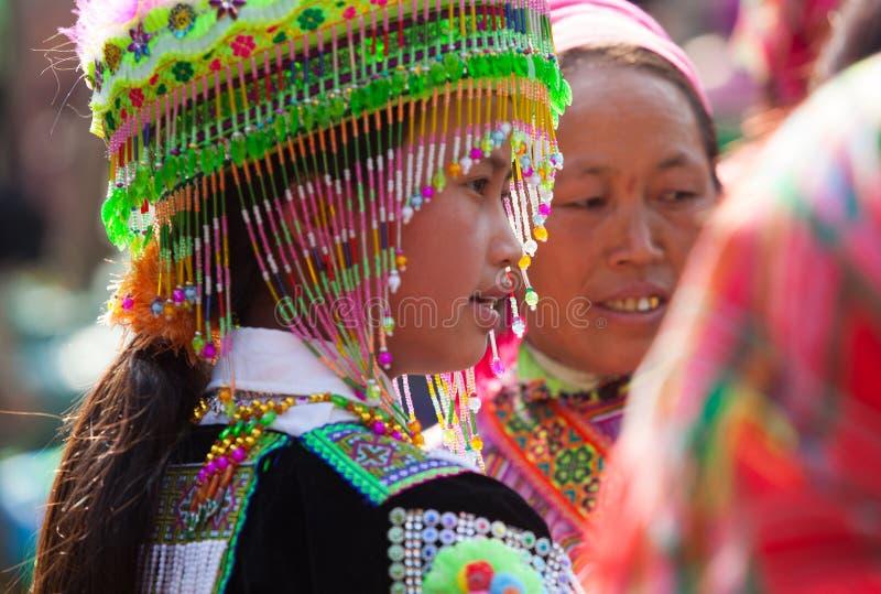 Wietnamczyka Hmong mniejszościowa dziewczyna próbuje nowego tradycyjnego kostium obraz royalty free