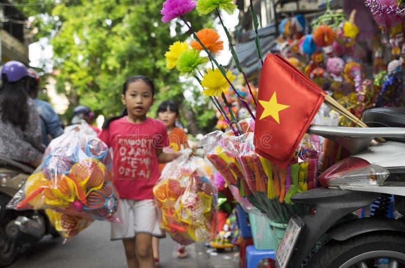 Wietnamscy dzieci iść out kupować tradycyjnego lampion fotografia stock