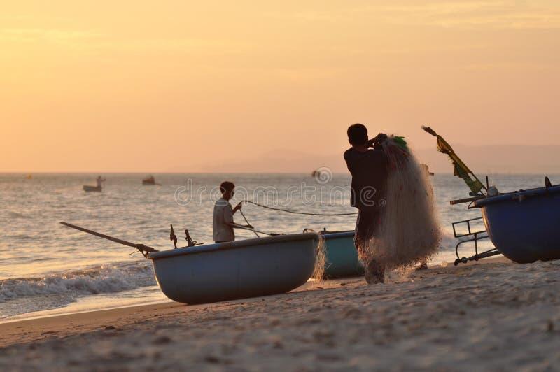 Wietnamscy fishers przy pracą z sieciami rybackimi przy zmierzchem zdjęcia stock