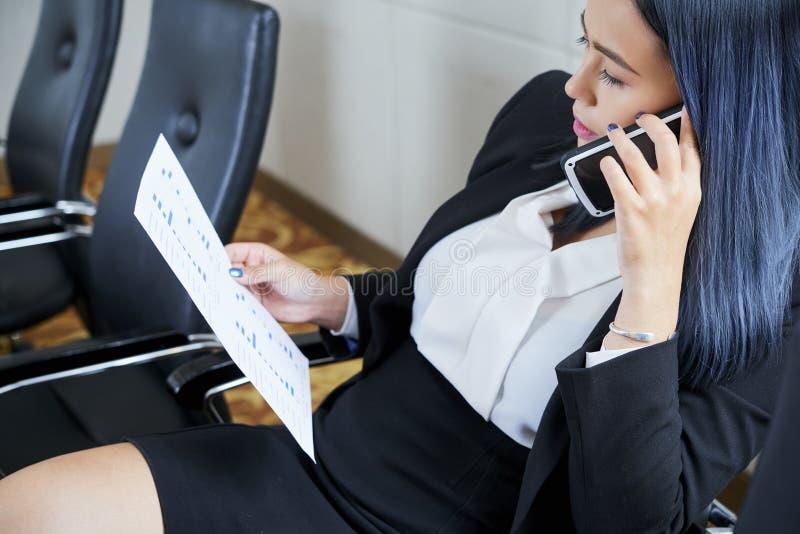 Wietnamska biznesowa kobieta dyskutuje dokument na telefonie obrazy stock