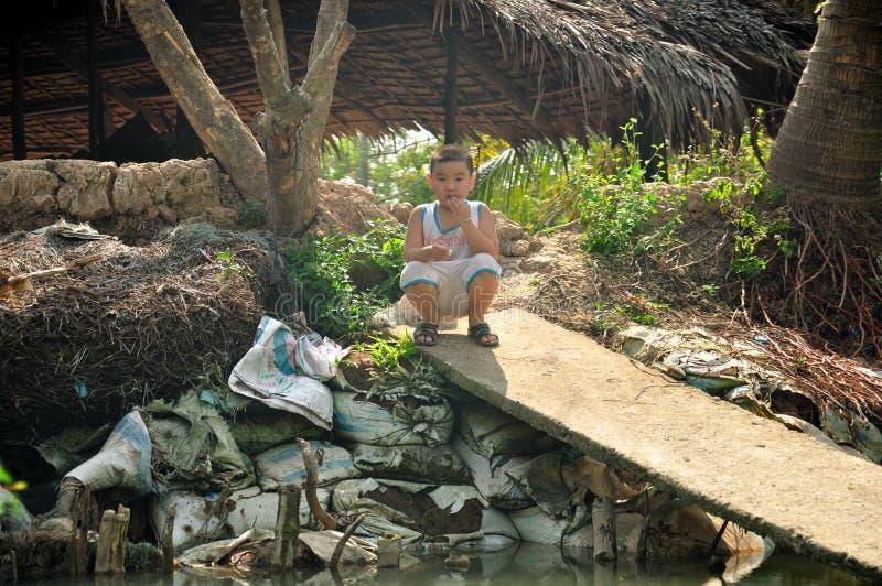 Wietnamska chłopiec w Mekong rzeki delcie zdjęcie stock