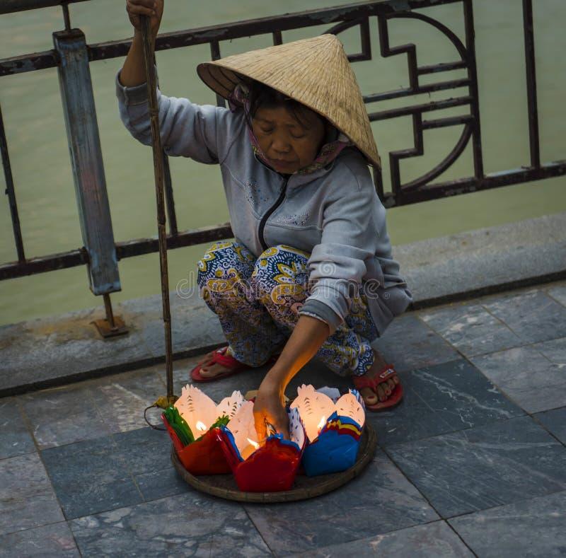 Wietnamska kobieta, sprzedaje latarniowe świeczki dla księżyc w pełni latarniowego festiwalu w antycznym miasteczku, obraz stock