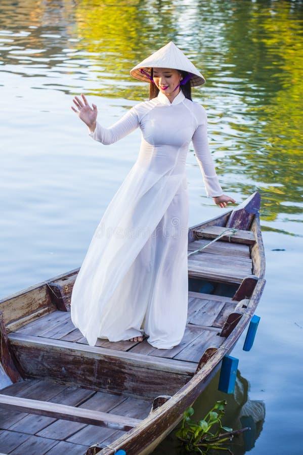 Wietnamska kobieta z Ao Dai suknią zdjęcia royalty free