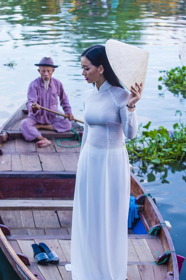 Wietnamska kobieta z Ao Dai suknią zdjęcie stock