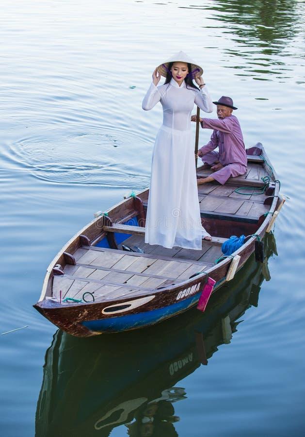 Wietnamska kobieta z Ao Dai suknią obraz royalty free