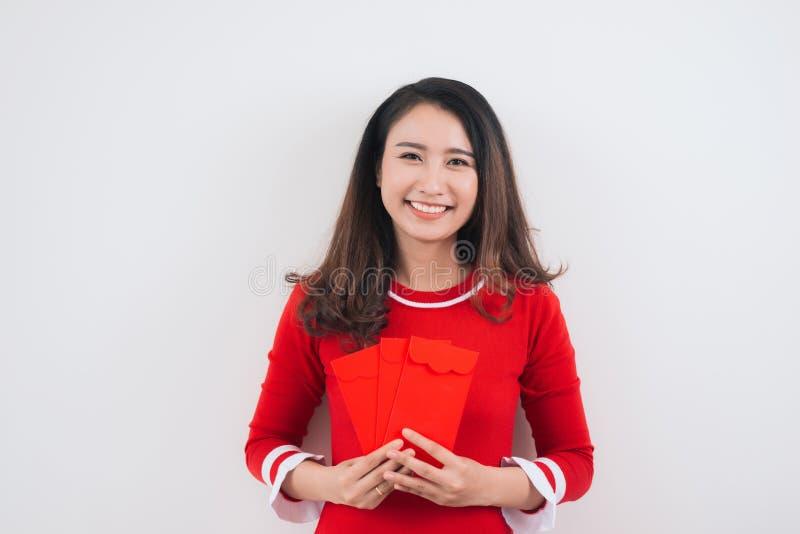 Wietnamska kobieta z szczęsliwymi pieniądze kopertami dla księżycowego nowego roku obraz stock