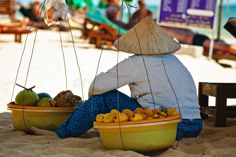 Wietnamska owoc sprzedawczyni odpoczywa w cieniu obrazy stock