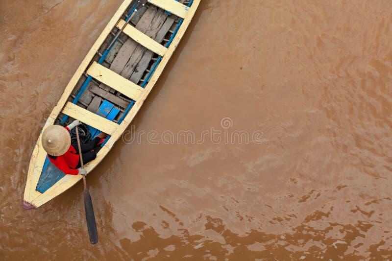 Wietnamska stara kobieta na tradycyjnej łodzi w Mekong rzeki delcie obraz stock