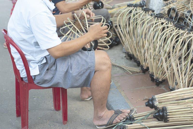 Wietnamski łozinowy robić drewniany lampion z ręką nożną ścieżką w Hoi stary miasteczko w Wietnam obraz stock