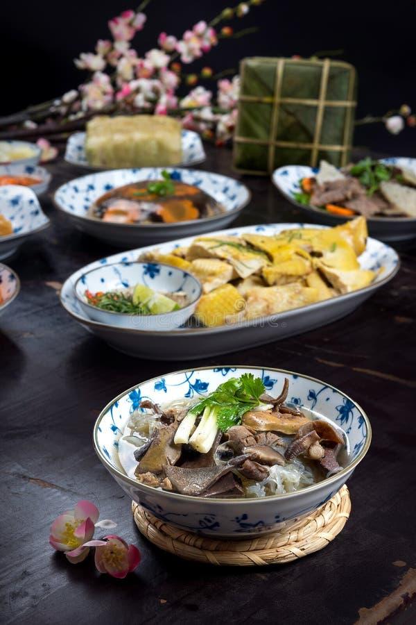 Wietnamski jedzenie dla Tet wakacje Galaretowaciejący mięso, Chung tort, gotowany kurczak, zupni kluski zdjęcia royalty free