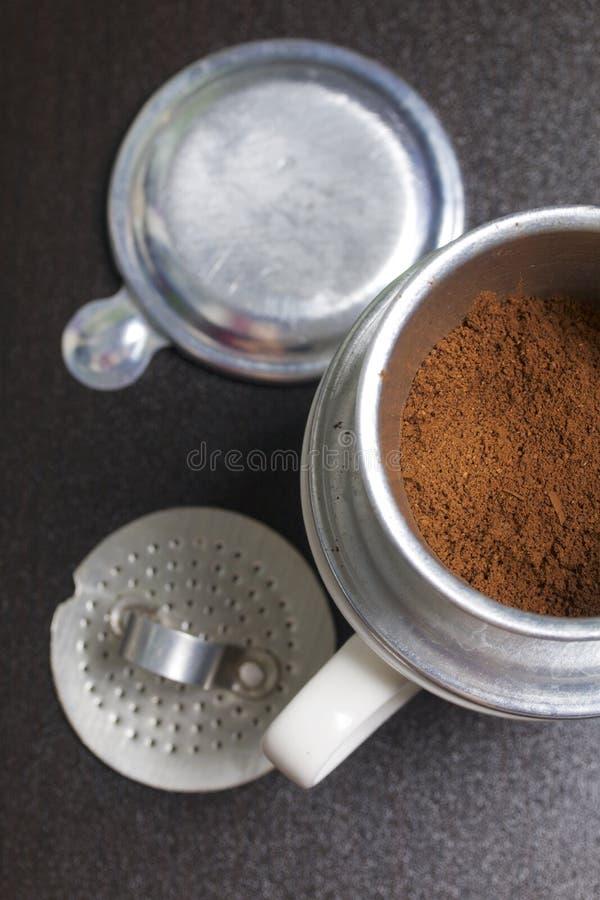 Wietnamski kawowy producent wyposaża na filiżance Zmielona kawa nalewa w je Niedaleki kłamstwo odpoczynek piwowar fotografia stock