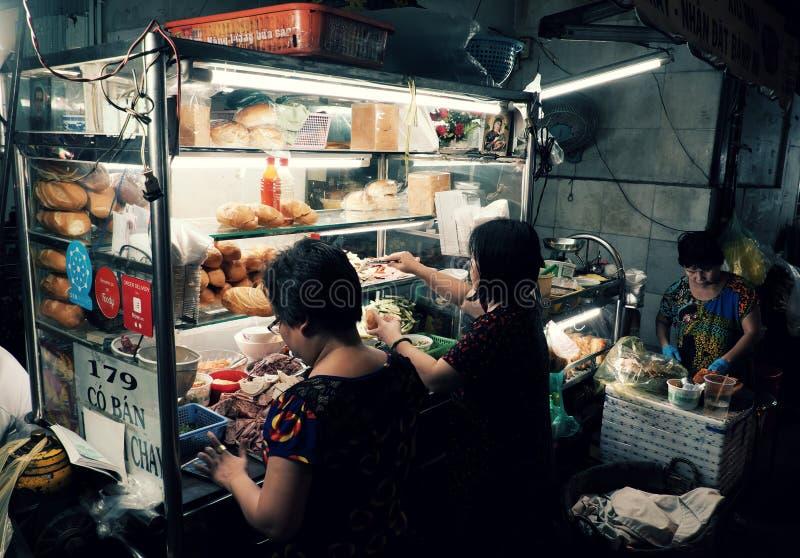 Wietnamski kobieta bubla Wietnam chleb na furze przy nocy ulicy jedzeniem zdjęcia royalty free