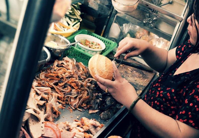 Wietnamski kobieta bubla Wietnam chleb na furze przy nocy ulicy jedzeniem zdjęcie stock