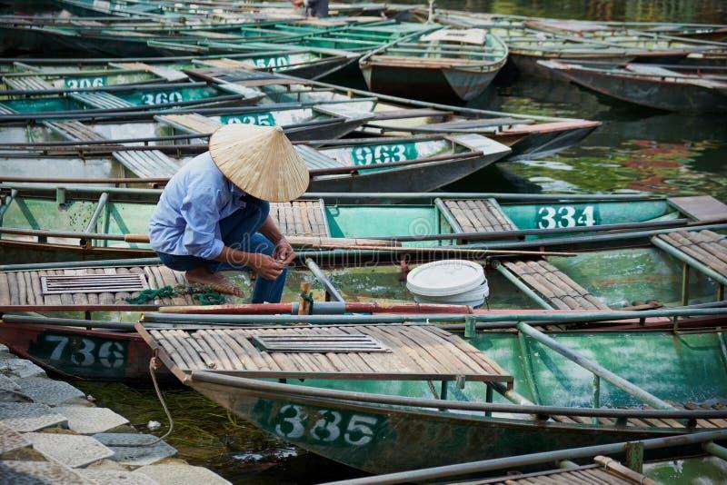 Wietnamski mężczyzna w Tama Coc, Ninh Binh, Wietnam obrazy royalty free