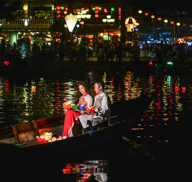 Wietnamski pary obsiadanie na drewnianej łodzi fotografia stock