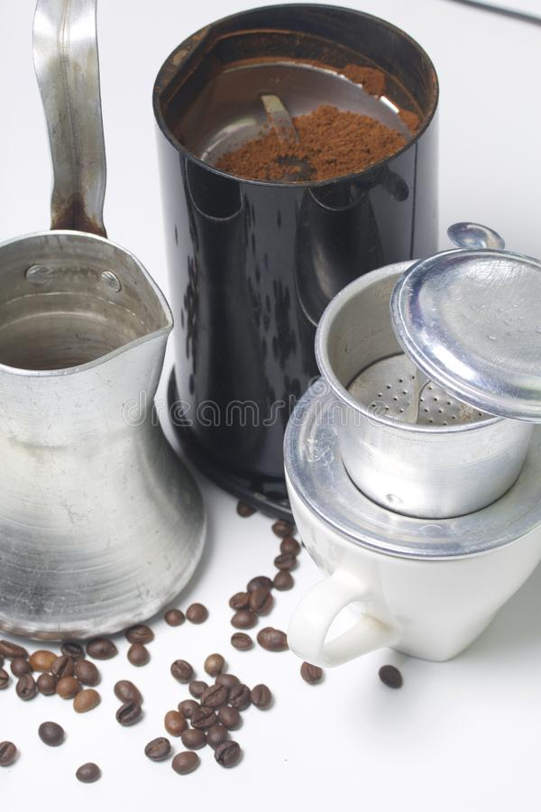 Wietnamski piwowar dla kawy w gromadzić formie stoi na białej filiżance Obok kawowego ostrzarza z zmieloną kawą i cezem obraz stock