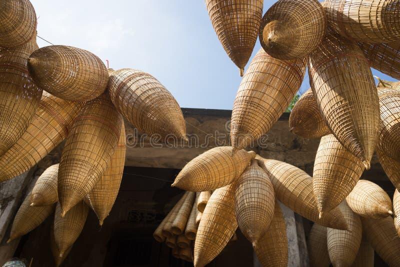 Wietnamski tradycyjny bambus ryba oklepiec wiesza up dla suszyć obrazy stock