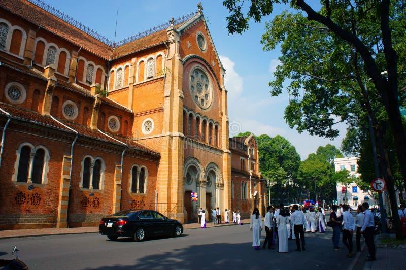 Wietnamski uczeń, ao Dai, Saigon Notre Damae katedra zdjęcie royalty free