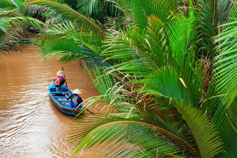 Wietnamskie stare kobiety na tradycyjnej łodzi w Mekong rzeki delcie fotografia royalty free