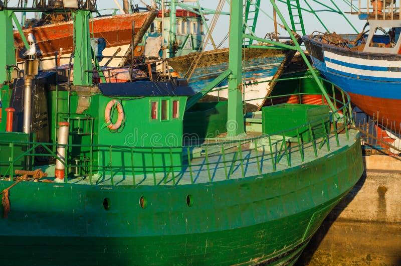 Wietrzejąca stara zielona łódź rybacka zdjęcia stock