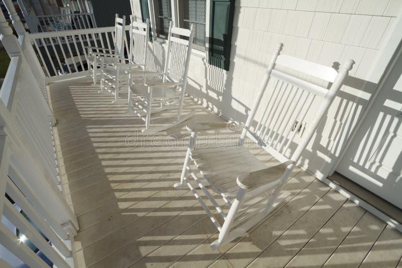 Wietrzejący biel Kołysa krzesła Na ganeczku zdjęcie stock