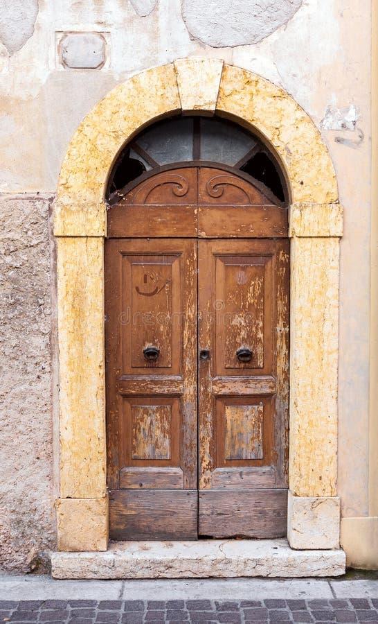 Wietrzejący drewniani drzwi w Włochy obraz stock