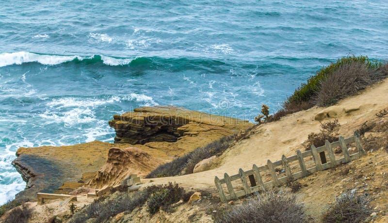 Wietrzejący drewniany palika ogrodzenie na falezie przegapia Pacyficznego ocean obraz stock