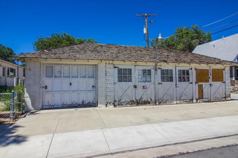 Wietrzejący garaż Z Wsiadający W górę Windows obrazy royalty free