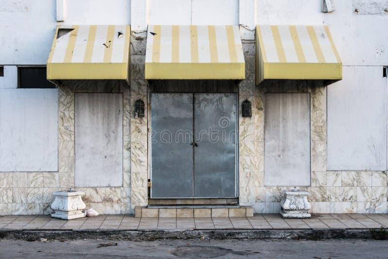 Wietrzejący i Blokujący dzwi wejściowy zaniechany hotel zdjęcie royalty free