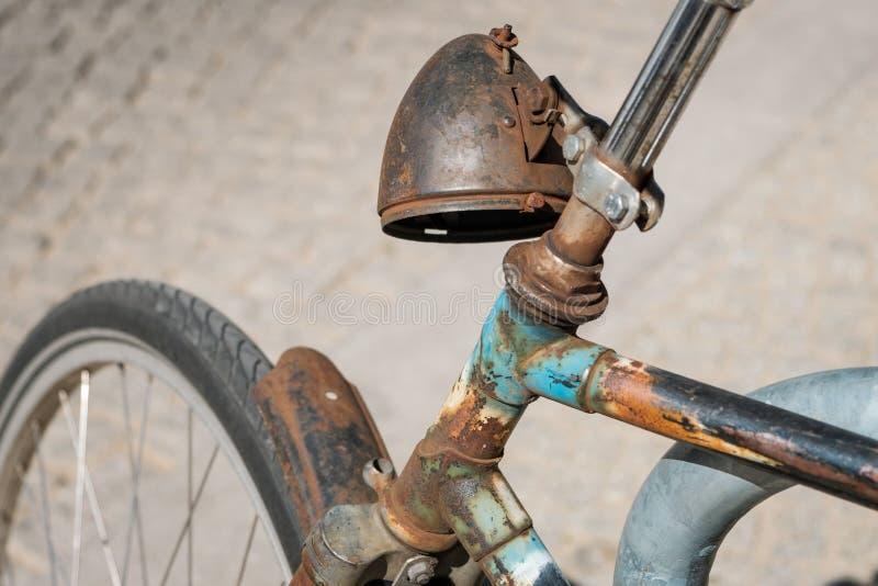 Wietrzejący, stary ośniedziały rowerowy reflektor, - rdzewiejący rower zdjęcia stock