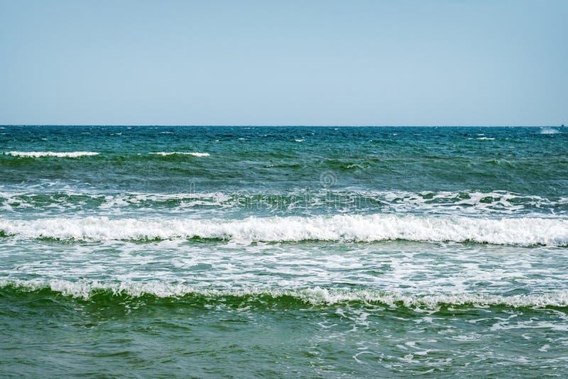 wietrznie pogody Fala na morzu Dennego wybrze?a linia horyzontu s?oneczny dzie? Morze ?r?dziemnomorskie przy zima sezonem obrazy stock
