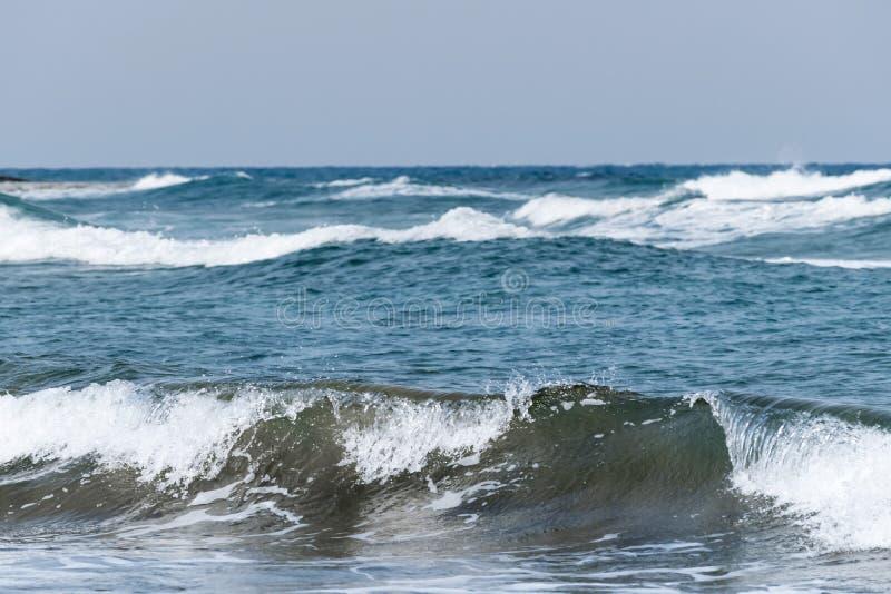 wietrznie pogody nieba tła fale morskie Dennego wybrzeża linia horyzontu słoneczny dzień Morze Śródziemnomorskie przy zima sezone obraz royalty free