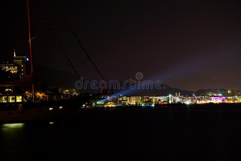 Wiev da noite do turco Marmaris e do seaboat fotografia de stock royalty free