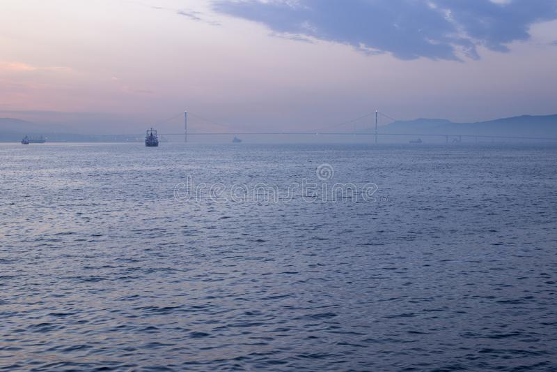 Wiev remoto de la salida del sol de Osman Gazi Bridge en Kocaeli - Turquía imagenes de archivo