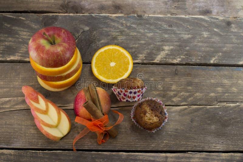 Wiew superior de molletes frescos y de manzanas cortadas con canela foto de archivo libre de regalías