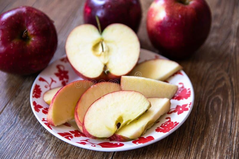 ?wiezi organicznie duzi czerwoni jab?ka obraz royalty free