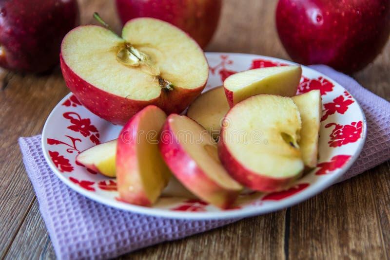?wiezi organicznie duzi czerwoni jab?ka zdjęcie stock