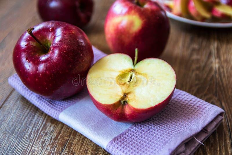 ?wiezi organicznie duzi czerwoni jab?ka zdjęcia stock