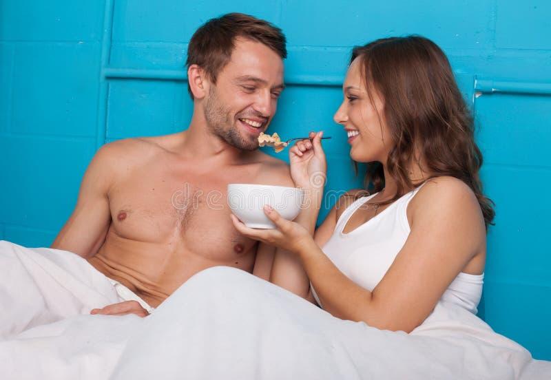 жена кормит мужа спермой из ложки