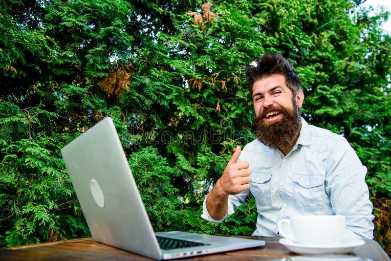 Wifi和膝上型计算机 饮料咖啡和快速地工作 有胡子的人成功的自由职业者的工作者 遥远的工作 o 图库摄影