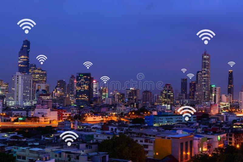 Wifi标志和高大厦在城市视图 库存图片