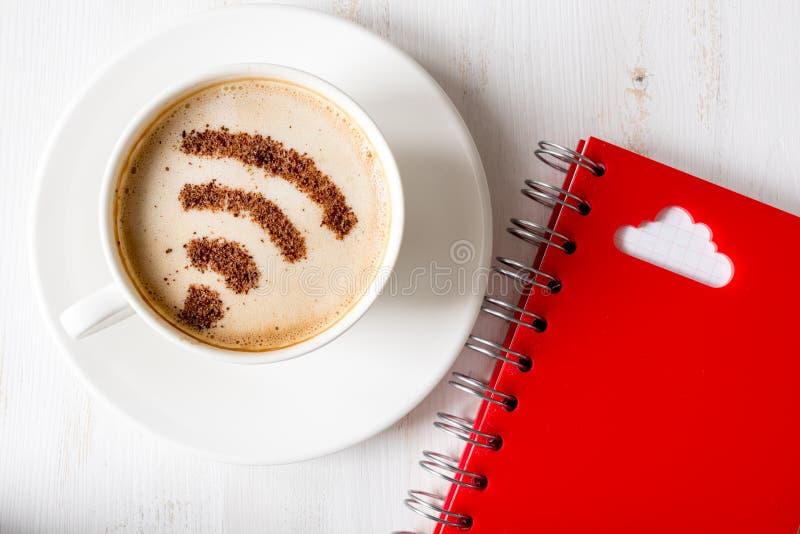 WiFi标志由在cuppuccino和云彩计算的标志的桂香制成 免版税库存照片