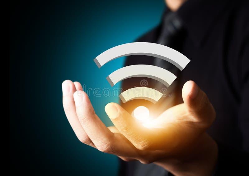 Wifi社会网络技术标志在商人手上 库存图片