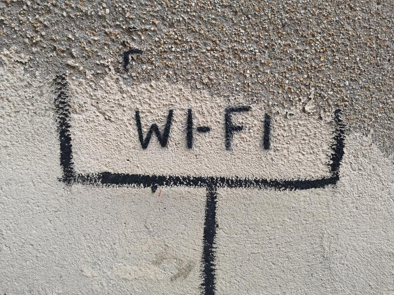 Wifi конструировало на стене стоковые фото
